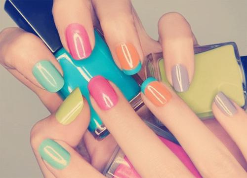 French manicure kolorowe paznokcie pastelowe