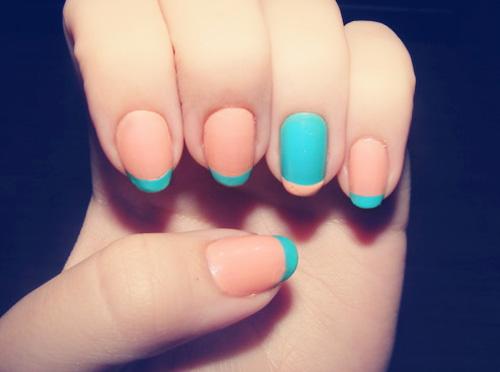 French manicure kolorowy paznokcie niebieskie koralowe