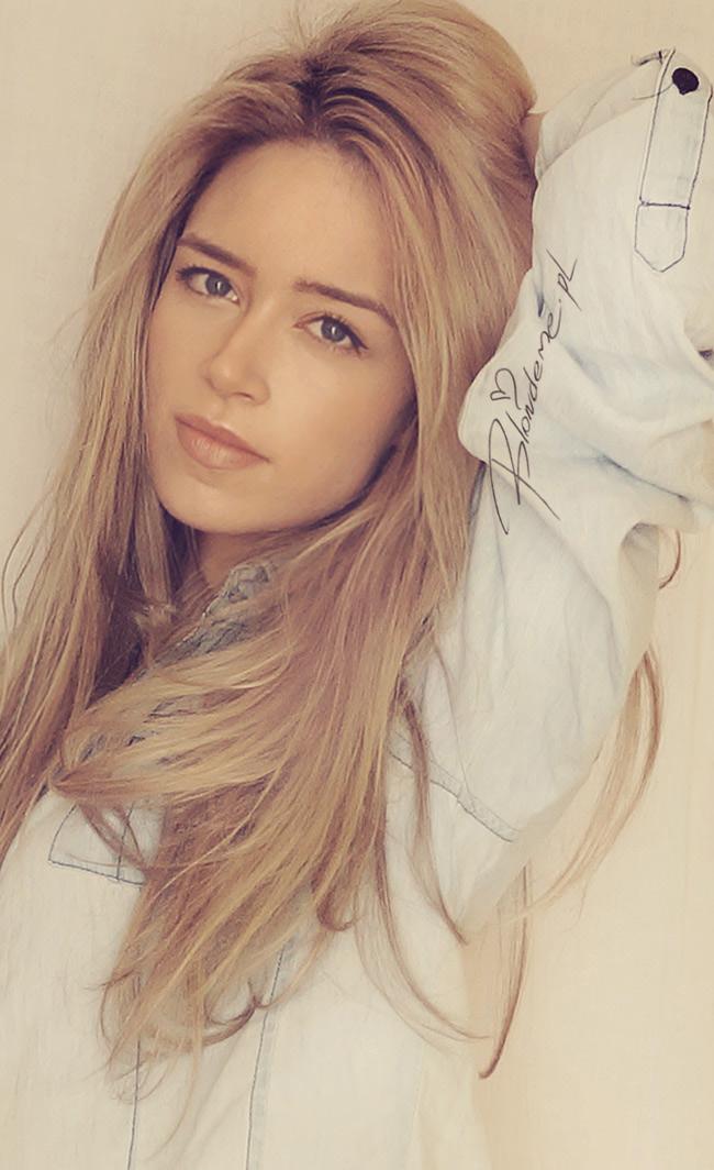 Delikatny makijaz jeansowa koszula stylizacje blondeme