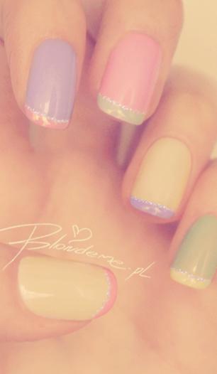 Francuskie paznokcie kolorowe brokatowe lato